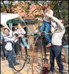 Biciklisek_hoditottak_meg_a_Janos-hegyet2